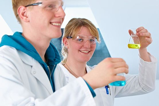 Two apprentices in the WESSLING laboratory