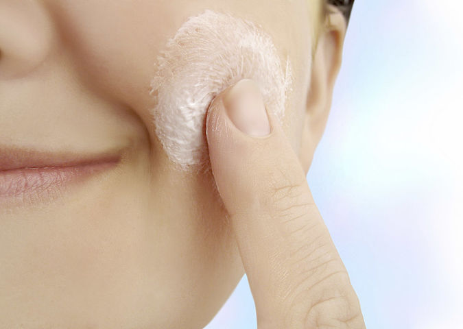 A woman applies a cream with UV protection that WESSLING has tested for nanomaterials.